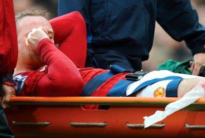 Rooney ditandu akibat cedera. (Foto: Reuters)