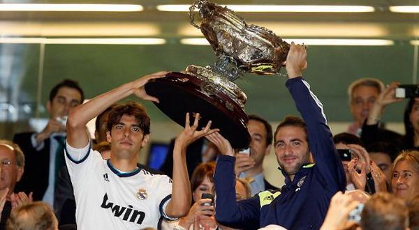 Kaka dan Higuain mengangkat trofi Santiago Bernabeu yang dimenangkan Madrid (Foto: Real Madrid.com)