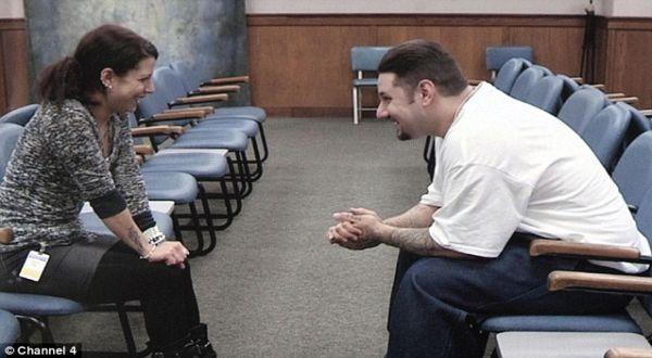 Foto : Natasha dan Shulz bertemu di penjara (Channel 4)