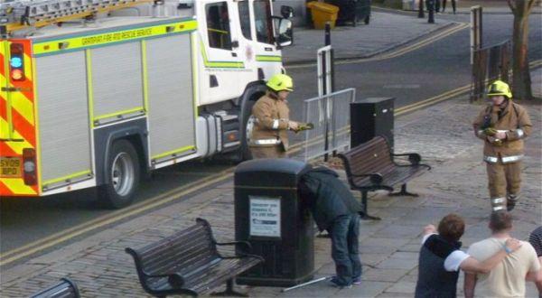 Foto : Pria terjebak di tong sampah (telegraph)