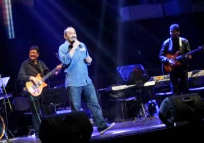 Kapolda Untung S. Rajab saat nyanyi di acara Tribute To D'lloyd (Foto: Tomi Tresnady/okezone)