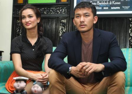 Pasangan Atiqah Hasiholan dan Rio Dewanto