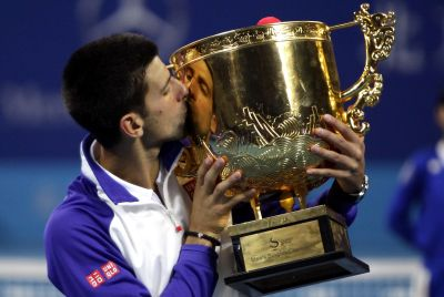 Novak Djokovic mencium trofi China Open. (Foto: Reuters)