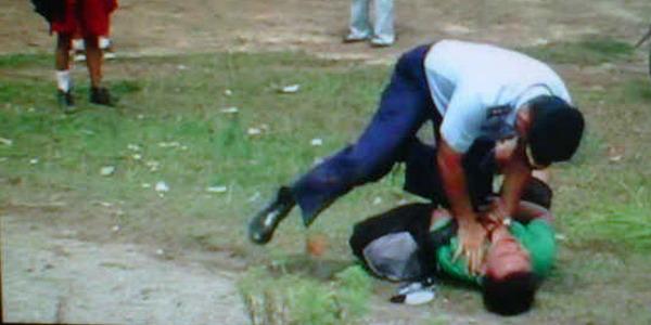 Foto penganiayaan terhadap wartawan oleh Oknum TNI saat meliput jatuhnya pesawat Hawk 200
