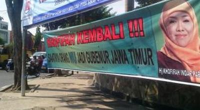 Spanduk Khofifah di Jalan Dharmawangsa (Foto: Nurul A/Okezone)