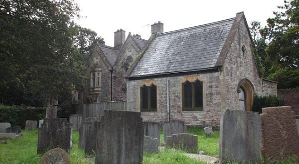 Rumah yang berada di tengah pemakaman (Foto: Daily Mail)