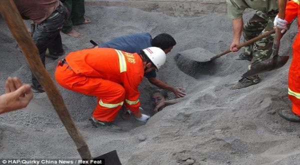 Pria China yang terkubur di pasir semen (Foto: Quirky China News)