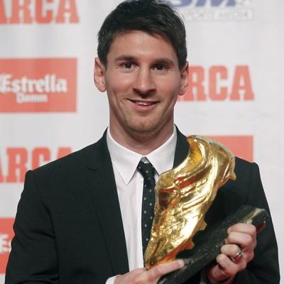Lionel Messi diganjar Sepatu Emas usai cetak 50 gol di La Liga musim lalu/Reuters