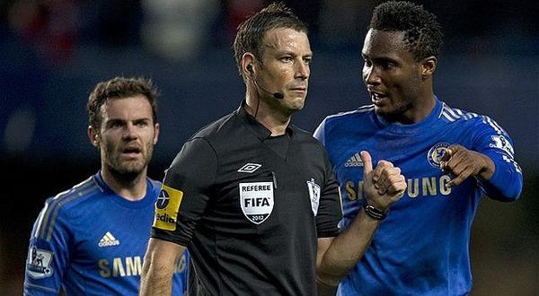 Mark Clattenburg di antara dua punggawa Chelsea, Juan Mata dan John Obi Mikel. (Foto: The Telegraph)