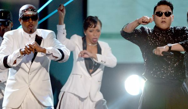 Mc Hammer & Psy tampil di American Music Awards 2012 (Foto: Getty)