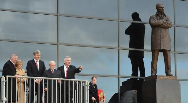 Ferguson beserta istri dan petinggi United saat memperkenalkan patung Ferguson di depan Old Trafford (Foto: Reuters)