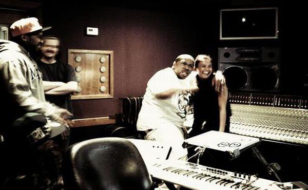 Agnes Monica dipeluk Timbaland saat berada di studio (Foto: Twitter)