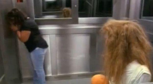 Hantu cilik di dalam lift (Foto: Daily Mail)