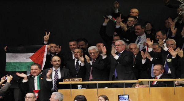 Delegasi Palestina usai pengakuan PBB (Foto: AP)