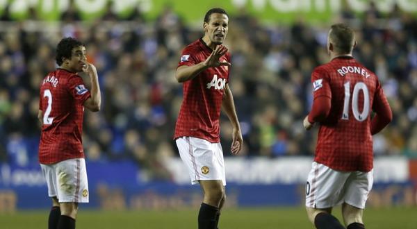 Rio Ferdinand memberi selamat kepada Wayne Rooney yang mencetak gol. (Foto: Reuters)