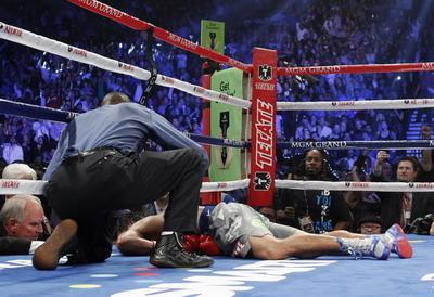 Manny Pacquiao terkapar. (Foto: Reuters)