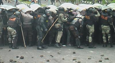 Bentrok polisi dengan pengunjuk rasa (Dok: Sindo TV)