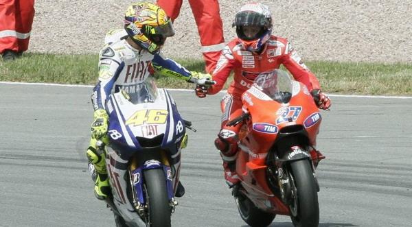 Valentino Rossi & Casey Stoner usai balapan di Sirkuit Sachsenring 2010 (Foto: Reuters)