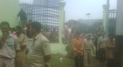 Pendemo menjebol gedung DPR (Foto: Awal/Okezone)