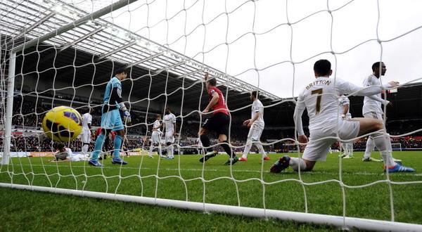 Momen gol dari Patrice Evra dalam duel Swansea vs Manchester City (foto: Reuters)