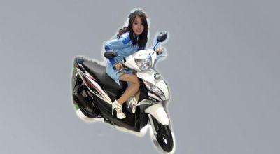 Ilustrasi wanita naik motor (Foto: Feri U/Okezone)