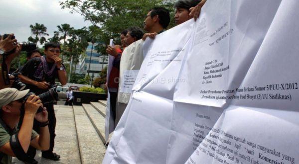 Aksi Koalisi Pendidikan menuntut penghapusan RSBI/SBI. (Foto: Dede K ...