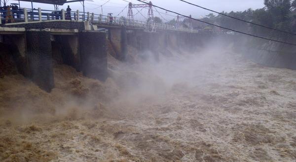 Debit air meninggi di Bendungan Katulampa (foto: Endang Gunawan/Sindo TV)
