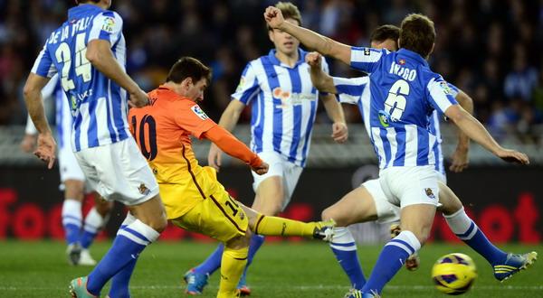 Lionel Messi dihadang para peman Sociedad (Foto: Reuters)