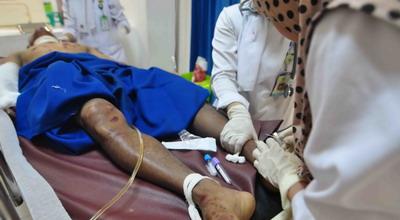 Anto, korban longsor di Agam mendapat perawatan medis (Foto: Rus A/Okezone)