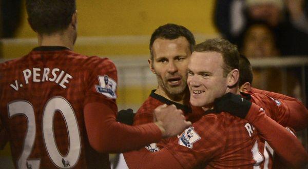 Wayne Rooney merayakan gol bersama rekan-rekannya. (Foto: Reuters)