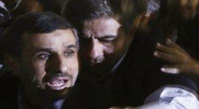 Presiden Ahmadinejad dilindungi pengawalnya (Foto: Reuters)