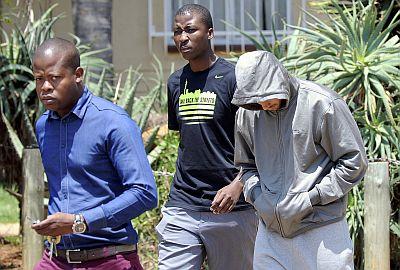 Oscar Pistorius (Kanan) ditangkap pihak kepolisian. (foto: Reuters)