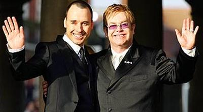 Elton John Akan Nikahi Ulang Pasangan Gaynya di LA