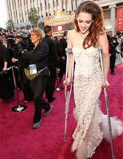 Cedera, Kristen Stewart Pakai Tongkat di Red Carpet Oscar