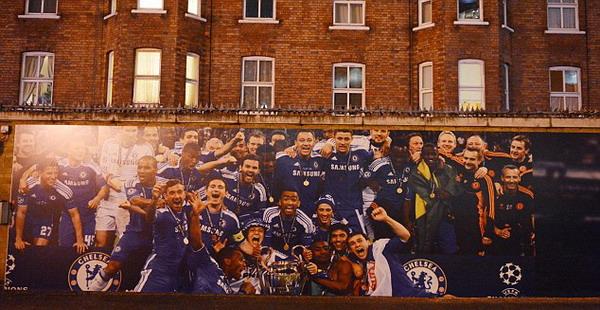 Gambar baru di West Stand wall tanpa Roberto Di Matteo (Foto: Daily Mail)