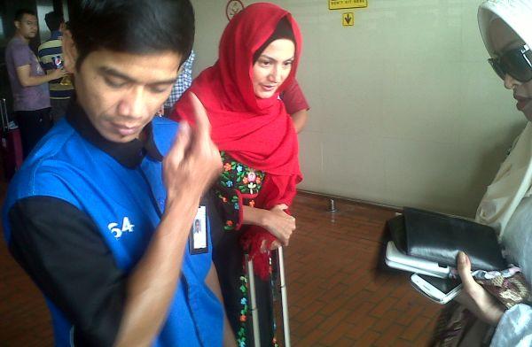 Umrah, Wanda Hamidah Ogah Bicara ke Media