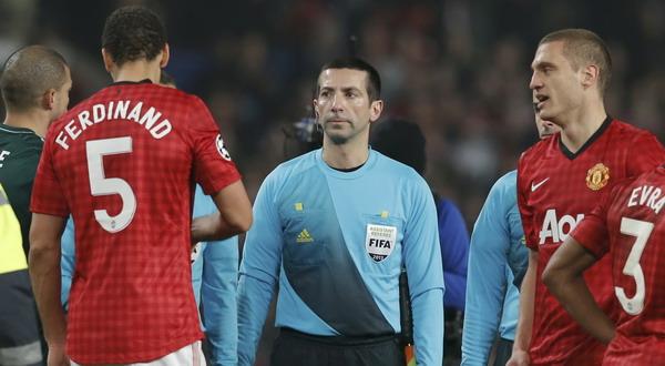 Wasit Cuneyt Cakir saat meladeni komplain dari Ferdinand dan Vidic usai mengkartu merah Nani (Foto: Reuters)