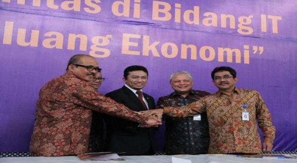 Menkominfo Tifatul Sembiring menandatangani MoU dengan empat PTN dalam pengembangan ICT RI. (Foto: Nurul A/Okezone)