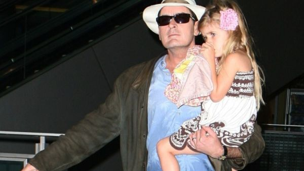 Anaknya Di-bully, Charlie Sheen Minta Bantuan Fans