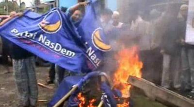 Pengurus DPD NasDem Pasuruan membakar atribut partai (Foto: Jaka S ...