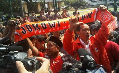 Jokowi bersama The Jakmania.(foto:Anang Fajar/okezone)