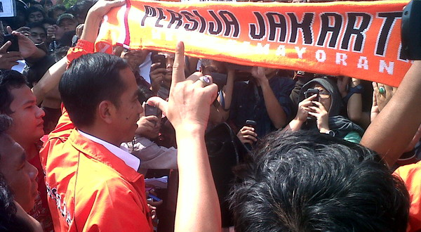 Jokowi bersama The Jakmania.(foto:Angkasa Yudhistira/okezone)