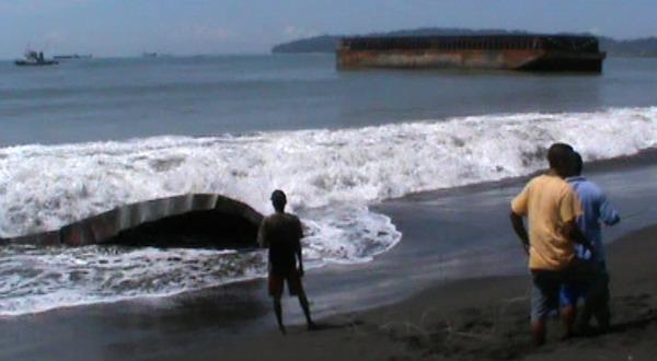 Kapal tongkang terdampar di Cilacap (Foto: Heri S/Sindo TV)
