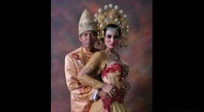 Foto pernikahan Kiwil dan Lina MArlina, untuk mendongkrak karir penyanyi dangdut pendatang baru?
