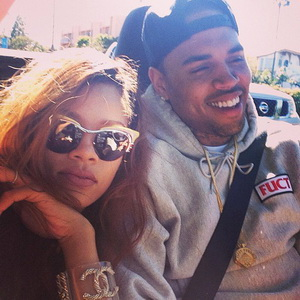 Rihanna & Chris Brown Tepis Isu Putus lewat Foto Mesra
