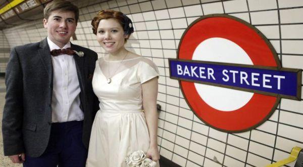 Pasangan pengantin yang naiki kereta (Foto: Daily Mail)