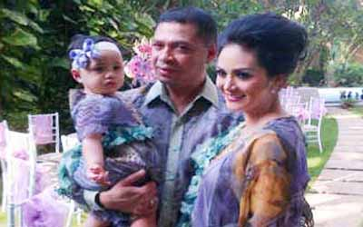 Biar Khusyuk, KD & Raul Lemos Gak Boyong Anak Umrah
