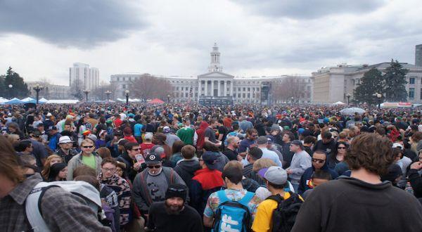 Warga Denver yang menghisap ganja (Foto: Yahoo News)