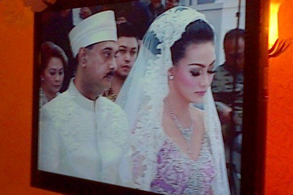 Foto pernikahan artis Christy Jusung dan musisi jazz Jay Alatas