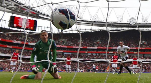 Robin van Persie usai menendang penalti (Foto: Reuters)
